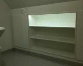 6 Handbyggd mattanpassad bokhylla med dioder samt skåp